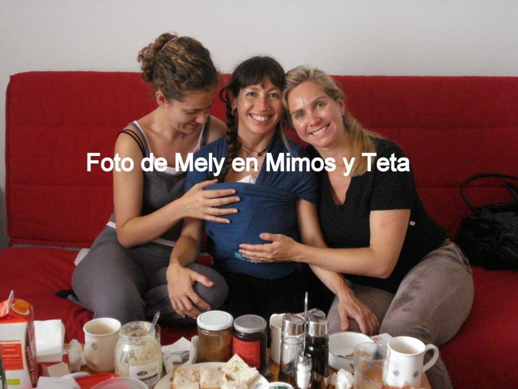 De izquierda a derecha, Olga, yo con Dafne en el fular 3 horas después de parir, y Laura. Sobre la mesa, el despliegue nutritivo propio tras una noche de trabajo de parto.